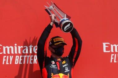 Max Verstappen ganó el Gran Premio 70º Aniversario en Silverstone y cortó la racha de los Mercedes de Lewis Hamilton y Valtteri Botas.