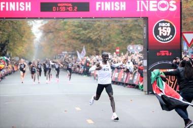 Kipchoge cruza la línea en Viena y logra el objetivo: bajar las dos horas en la maratón, un tiempo que no fue homologado