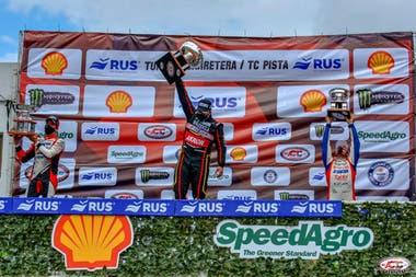 Valentín Aguirre celebra en el podio del autódromo Oscar y Juan Gálvez; Mariano Werner (Ford) y Juan Martín Trucco (Dodge) acompañan al ganador