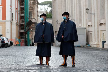 Miembros de la Guardia Suiza utilizan barbijos durante una recorrida, en Roma, Italia