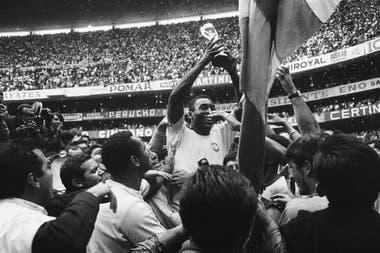 Pelé levanta la Copa del Mundo en México 70