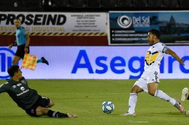 Tevez frente a Aguerre, ante Newells; el 10 de Boca aclaró que no juega con mala intención