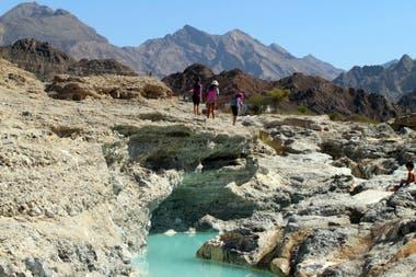 El clima de Omán en el interior es caliente y seco, pero en las costas es húmedo.