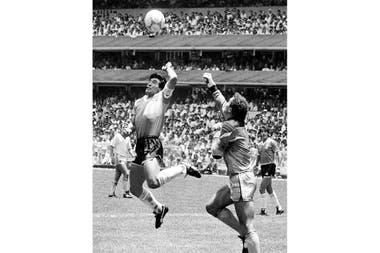 """Con la fotografía titulada """"La mano de Dios (Maradona en México 86)"""", de Eduardo Longoni, que integra la colección del Bellas Artes, el mayor museo del país despidió en las redes al futbolista. """"En una escena de fútbol se sintetiza una construcción intelectual sobre un personaje y sobre un país"""