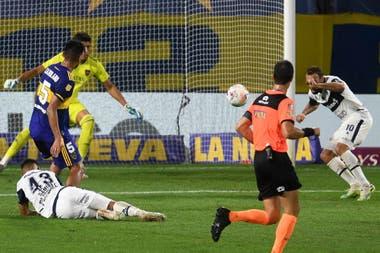 Carlos Zambrano, en un flojo partido ante Gimnasia, ve como Alemán está por anotar de cabeza