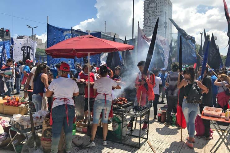 Los choripanes en la 9 de Julio salen 50 pesos
