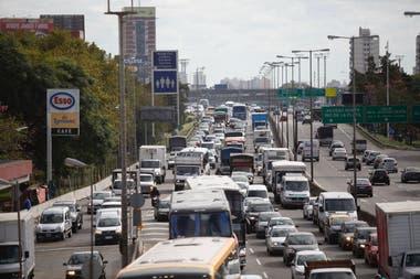 Colectiveros cortan la General Paz para reclamar seguridad tras el asesinato de un chofer en La Matanza, caos de tránsito en la zona