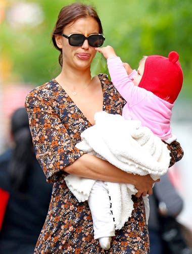 Jugando con mamá. Irina Shayk y su pequeña Lea, fruto de su relación con el actor Bradley Cooper, se divierten juntas mientras pasean por las calles de Nueva York