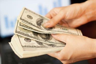 En las últimas operaciones de la jornada, la divisa escaló y superó los $26 en el mayorista; el peso acumula una devaluación del 36% en el año