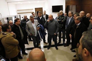 Nicolás Russo, presidente de Lanús, habla en uno de los salones de Ezeiza minutos después de la llegada de Tapia