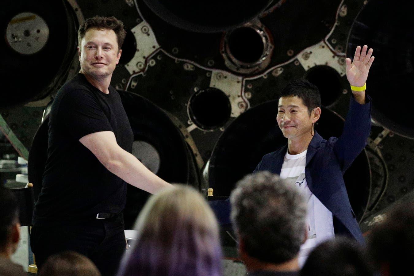 Elon Musk, junto a Yusaku Mawzawa, en la presentación de la iniciativa, en Los Ángeles