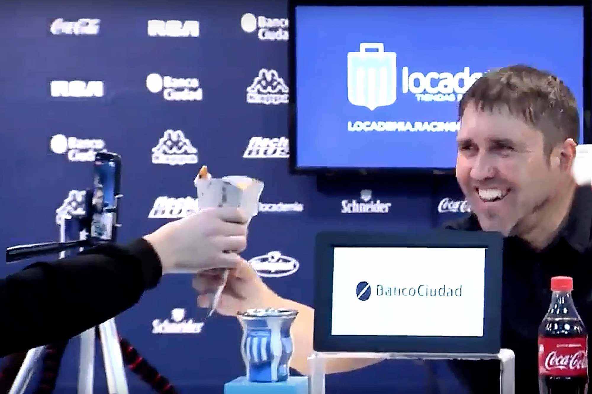 Apuesta ganada: el cono de papas fritas que se llevó Coudet en la desopilante conferencia de prensa de Racing