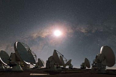 La imagen fue captada combinando el poder de observatorios a miles de km, como ALMA, el Gran Conjunto Milimétrico-submilimétrico de Atacama, en Chile