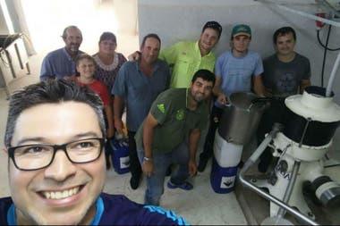 Operarios y productores cuando abrió la pyme láctea