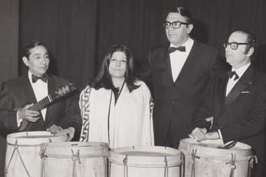 Jaime Torres, Mercedes Sosa, Ariel Ramírez y Felix Luna, referentes de la música popular argentina a fines de los sesenta