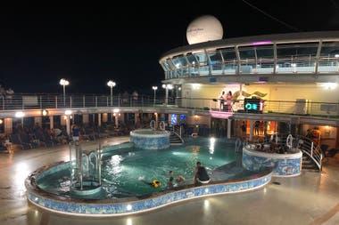 De día y de noche, la cubierta del Caribbean Princess es punto de encuentro
