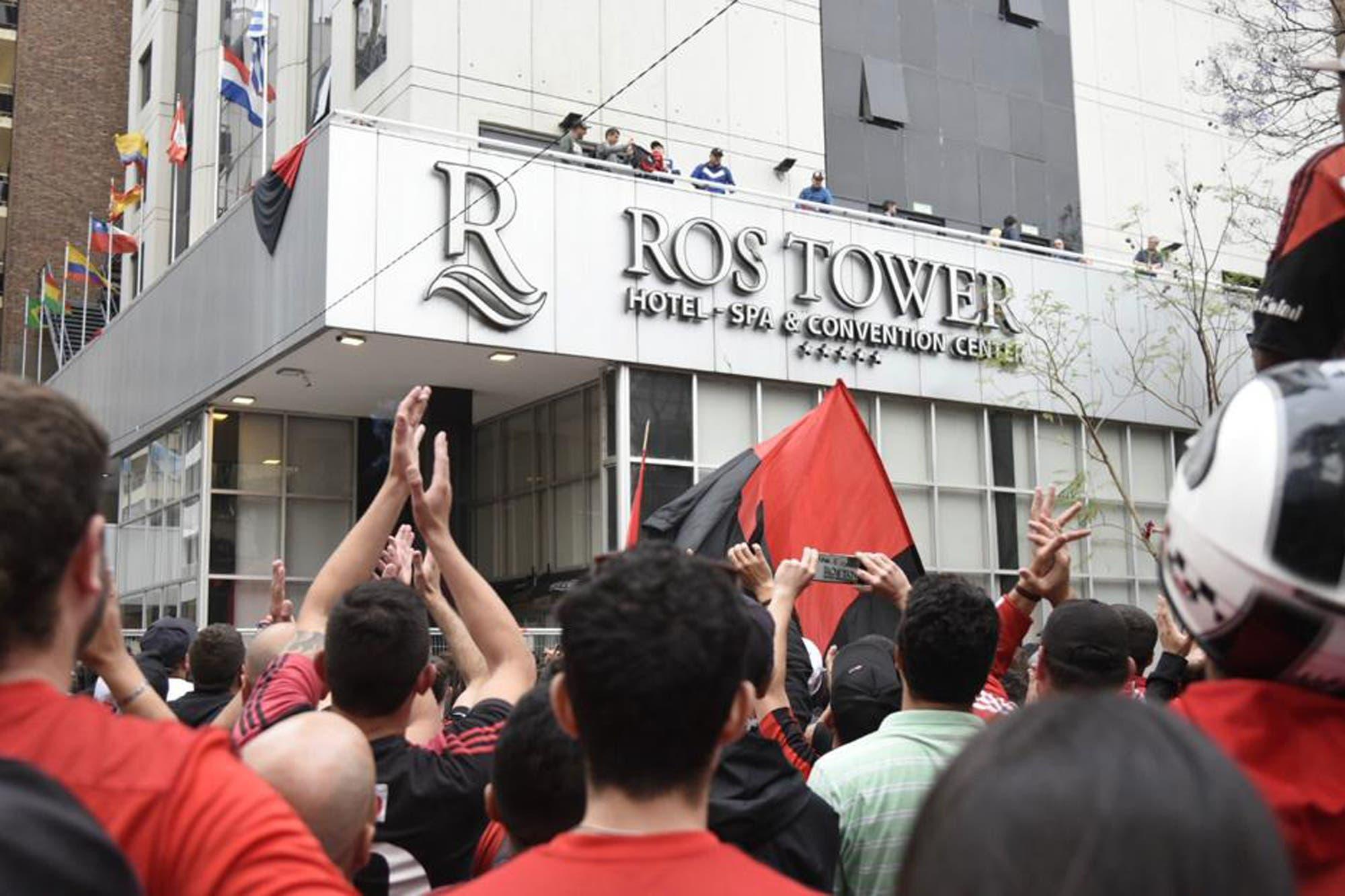 Locos por Maradona: la conmovedora recepción de los hinchas de Newell´s al DT de Gimnasia en Rosario