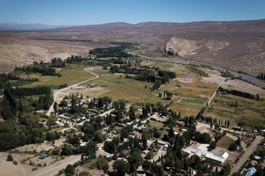 Bajada del Agrio queda a unos 20 kilómetros de la estación; viven allí unas 2000 personas