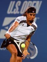 31) El fabuloso revés de Sabatini, su mejor tiro, durante un partido de agosto de 1996, en el US Open. Alcanzó la tercera ronda y fue su último Grand Slam.