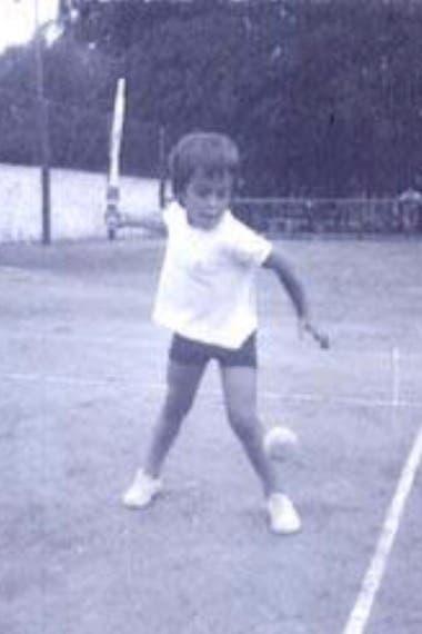 Guillermo Pérez Roldán, a los 4 años, golpeando de drive en las canchas del club Independiente, de Tandil.