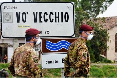 Soldados italianos patrullan el perímetro del pequeño pueblo de Vo, donde se registró la primera muerte a causa del covid-19 en Italia.
