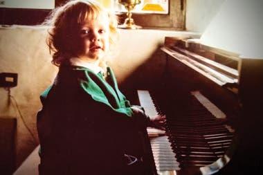 Amparo a los dos años. Nació en una familia de músicos: su abuelo era el reconocido pianista de jazz Baby López Furst.