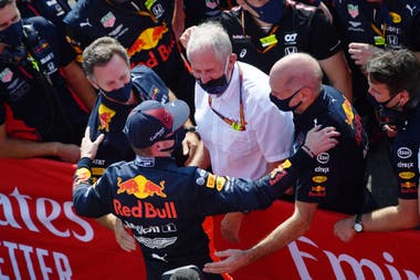 La felicidad y el alivio de la plana mayor de Red Bull Racing después de la victoria de Max Verstappen: Christian Horner, Helmut Marko y Adrian Newey dialogan con el piloto neerlandés que firmó una contundente victoria en el Gran Premio 70 aniversario de la Fórmula 1