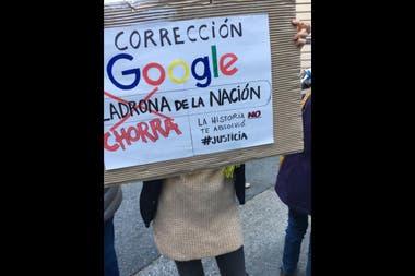 Varios manifestantes hicieron referencia a la demanda de Cristina Kirchner contra Google