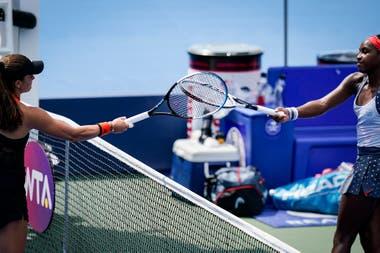 Choque de raquetas para evitar riesgos entre la griega Maria Sakkari y la norteamericana Coco Gauff