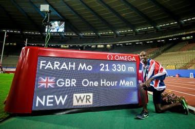 Mo Farah volvió a las carreras de pista y, ayudado por liebres e indicaciones en el camino, quebró la marca mundial de distancia recorrida en una hora, en Bruselas.