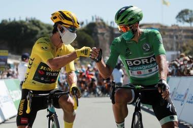 Un esloveno y un eslovaco: Primoz Roglic, el puntero del Tour de Francia, se saluda con Peter Sagan, el ciclista mejor remunerado del mundo.