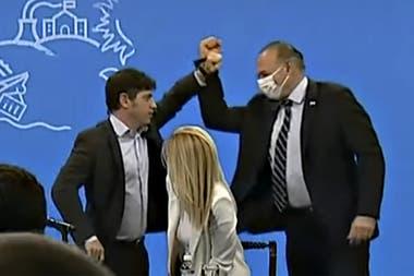 Axel Kicillof y Sergio Berni: un saludo que simboliza el apoyo para la continuidad del ministro de Seguridad