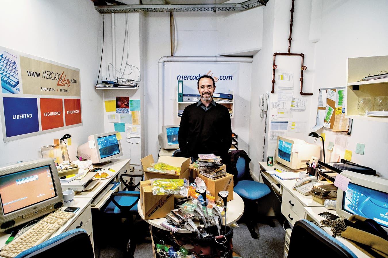Marcos Galperín, el creador de la compañía, en el garaje donde empezó todo, hoy ambientado como museo