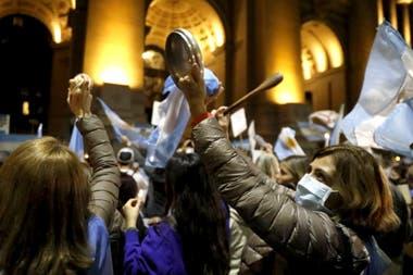 A horas de definirse el destino de los magistrados Bertuzzi, Bruglia y Castelli, cientos de personas se reunieron en Tribunales en apoyo a los jueces desplazados por el kirchnerismo