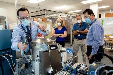 La astronauta Kate Rubins y el personal de apoyo revisan el Universal Waste Management System, un inodoro espacial de baja gravedad, en Houston