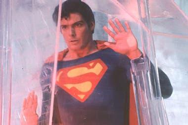 Una larga lista de actores se pensó para interpretar a Superman, pero finalmente fue un desconocido Christopher Reeves quien se puso el traje de superhéroe