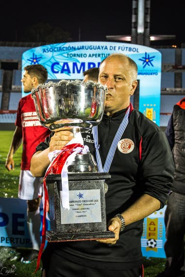 Alejandro Cappuccio, el técnico de la consagración de Rentistas; el entrenador divide su tiempo entre la preparación del plantel y su estudio de notariado