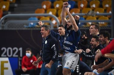 El DT Manolo Cadenas, el arquero Juan Bar, Lucas Moscariello, Sebastián Simonet y el resto del banco argentino festejan un gol en la histórica victoria sobre Croacia en el Mundial Egipto 2021.