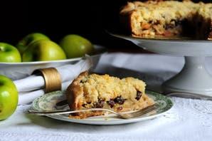 Pastel integral con crumble de manzanas, pasas, almendras y castañas