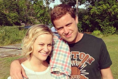 Amy Poehler produce la serie de su hermano Greg, Welcome to Sweden