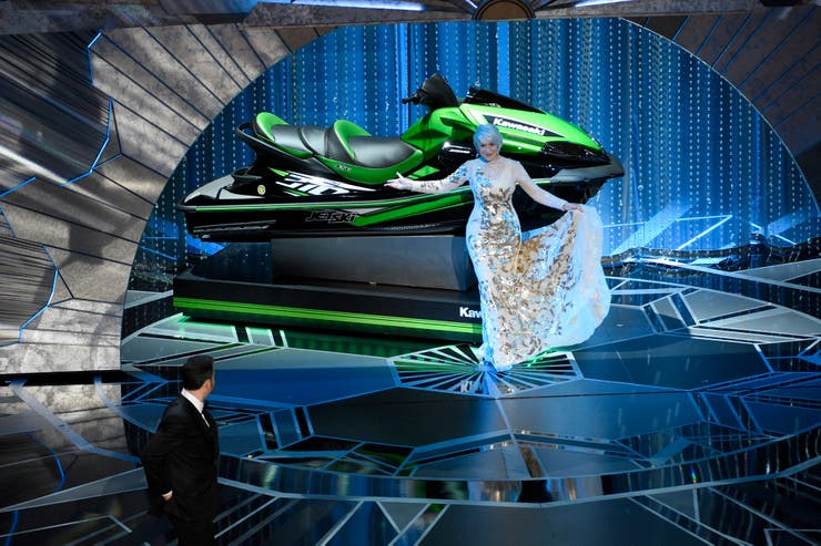 Helen Mirren presenta el premio al ganador del Oscar que hiciera el discurso más breve: un jet ski que se llevó el vestuarista de El hilo fantasma