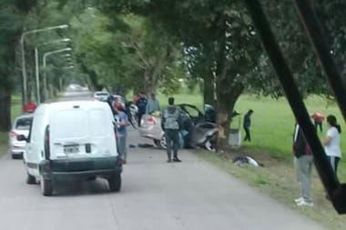 Un grupo de personas se acercó al lugar del accidente luego del hecho