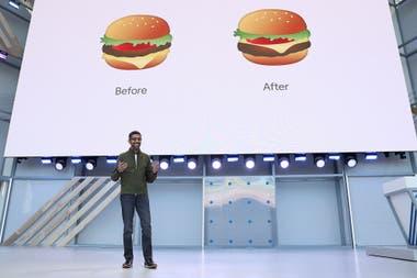 Sundar Pichai, CEO de Google, en la conferencia inaugural de la reunión anual de la compañía; el orden correcto de los ingredientes en el emoji de la hamburguesa fue motivo de burla el año pasado