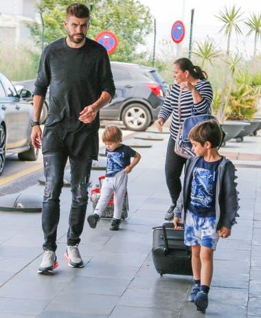 Con papá. Gerard Piqué al llegar al aeropuerto de Barcelona junto a sus hijos, Milan y Sasha, luego de una breve estadía en Roma
