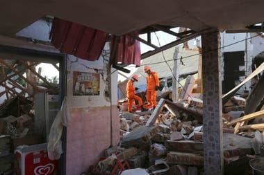 Las casa que quedaron dañadas con el terremoto de la semana pasada finalmente colapsaron y quedaron reducidas a una montaña de ladrillos