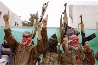 Miembros de Hamas con kalishnikovs, en 1996