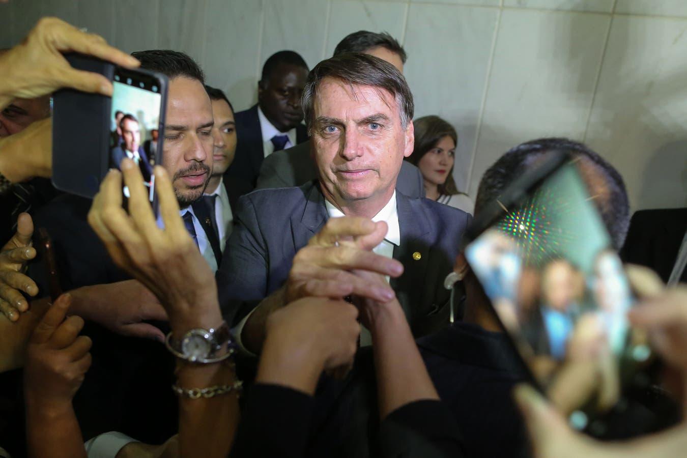 Las recientes elecciones de Brasil, en las que Jair Bolsonaro (foto) resultó electo presidente, pusieron en el centro del debate una aplicación en la que las noticias falsas y las imágenes trucadas se multiplican de grupo en grupo; por su condición de mensajería privada, su uso artero resulta difíci