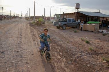 El asfalto y la construcción de veredas es una cuenta pendiente en Añelo
