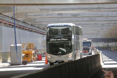 Doce camiones y ocho mnibus de larga distancia atravesaron ayer la trinchera semicubierta del Paseo del Bajo
