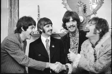 Los Beatles, durante el lanzamiento del Sgt. Peppers, en 1967, en la casa de su mánager, Brian Epstein; allí fue el flechazo con Paul